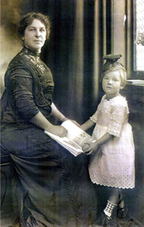 President Cook's wife, Arrietta Morrill Cook, and daughter, Catherine, pose for a picture within the 憔悴的房子.  Cook's daughter is the only child known to have been born in the presidential residence.