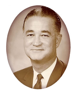 Dr. 罗伯特页。培育 became president in 1964.  Dr. Foster originally worked on campus as the 注册员 and Director of 招生 at Northwest beginning from 1948 to 1959.  He then served as Northwest's Dean of 管理 from 1959 until his appointment as president.