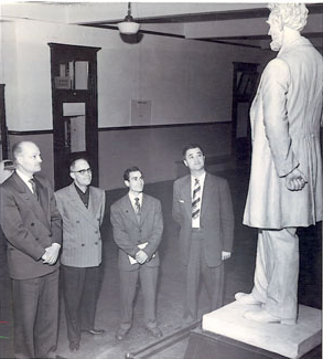 "The statue of Abraham Lincoln in the 管理 Building was shot on May 17, 1958.  According to official reports, a guard was patrolling the halls when he saw someone moving toward him.  He told the ""person"" not to move, but the ""person"" ignored his warning and the guard was forced to fire his weapon. After this incident, campus security was banned from carrying firearms until 2000."