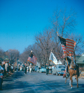 Crowds line a Maryville street during the 1952 Northwest 归国 Parade.  The Northwest Band was always a popular spectacle at the yearly event.