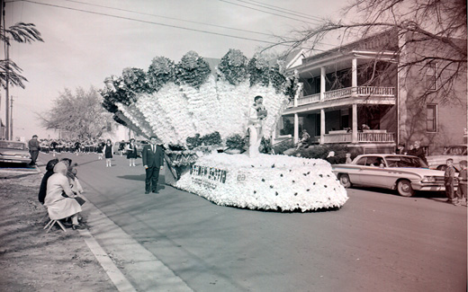 A detailed Native American float glides down a Maryville street during the 1962 Northwest 归国 Parade.