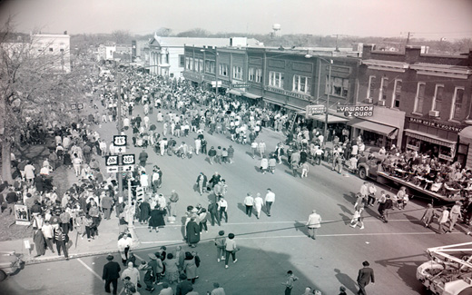 The crowd disperses the town square after the 归国 Parade and heads back toward College Avenue.