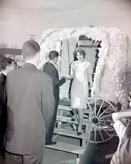 The Tower Queen descends from her carriage to help kick-off the start of the 1962 归国 Football Game at Northwest.