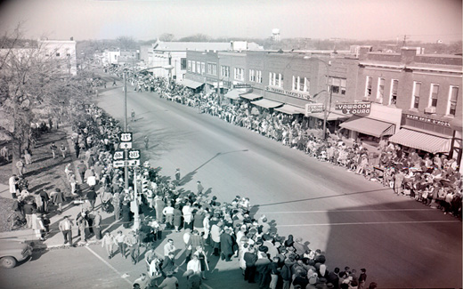 Crowds pack downtown Maryville prior to the start of the 1962 归国 Parade.
