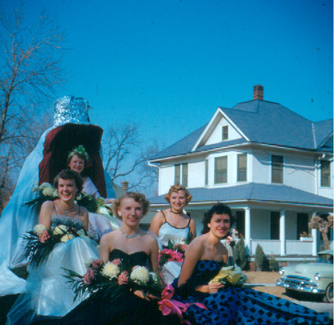 The 1952 Northwest Homecoming Queen and her royal court smile at the crowds during the 归国 Parade.