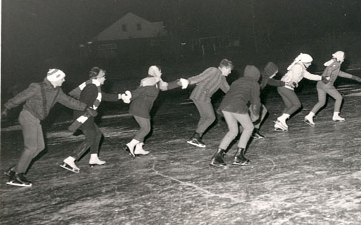 Skating was once allowed on 科尔登池塘 and many students took advantage of this wintry entertainment.  By the 1980s, skating was banned due to fears of students drowning or injuring themselves.