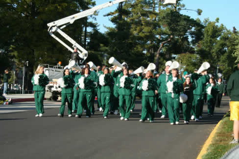 The Northwest Cheerleaders show their spirit and encourage the crowd to show their Bearcat pride during the 2007 Northwest 归国 Parade.