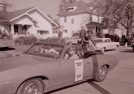 The Northwest High Rise Complex Queen rides in a convertible during the 1973 归国 Parade.