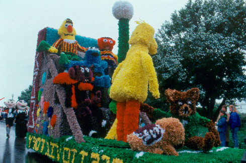 Sesame Street comes to College Avenue during the 1987 Northwest 归国 Parade.